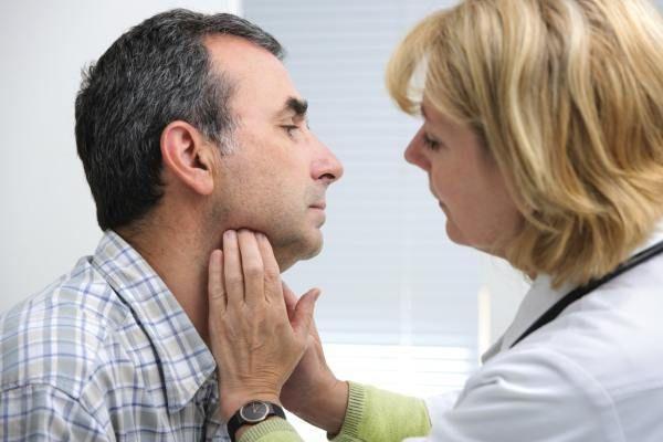Чтобы вовремя выявить патологии щитовидки, нужно обратиться к   врачу эндокринологу