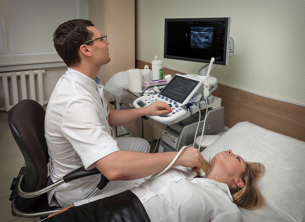 Процесс проведения УЗИ щитовидной железы
